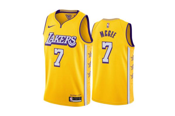 """La City Edition dei Lakers è stata creata da Shaquille O'Neal, continuando con il trend di leggende-designer degli anni passati. I lati della canotta sono abbelliti con delle stelle contenenti i numeri di maglia di leggende della franchigia, mentre una patch è dedicata all'ex proprietario defunto Jerry Buss. Sulla divisa sono riconoscibili anche le lettere """"M"""", """"D"""" ed """"E"""", che stanno per """"Most Dominant Ever"""". La scritta e i numeri sul fronte sono caratterizzati dalla storica """"ombreggiatura"""", già presente in numerose versioni della canotta gialloviola. Tutto sommato il risultato è positivo, pur non essendo nulla di innovativo o superlativo. Impatto visivo: ☺☺☺☺ Originalità: ☺ Significato: ☺☺☺"""