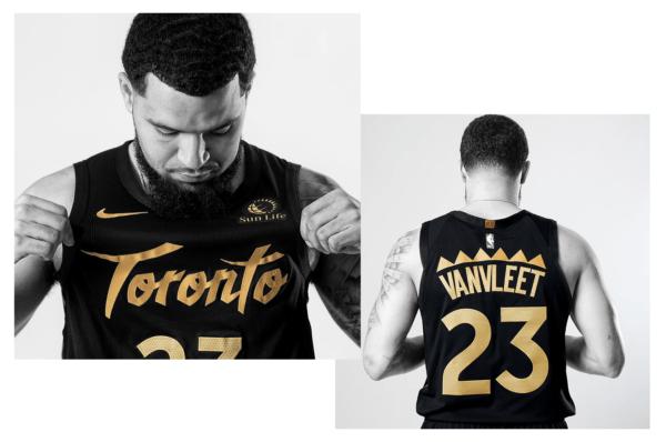 """Per le City Edition di quest'anno i campioni in carica dei Toronto Raptors hanno deciso di mischiare passato e presente, collaborando con il brand OVO. I colori sono classici, nero sullo sfondo e oro per le scritte, e numerosi dettagli rimandando alla stagione 1995/96, la prima nella storia della franchigia. Sono un esempio le """"punte"""" sopra ai cognomi dei giocatori sul retro, così come le dentellature a lato. Per rievocare il proprio passato recente -- e vincente -- la franchigia canadese ha aggiunto una patch celebrativa dorata per la vittoria del titolo NBA. Il risultato è apprezzabile, anche se forse le jerseys risultano troppo poco """"speciali"""". Impatto visivo: ☺☺ Originalità: ☺☺ Significato: ☺"""