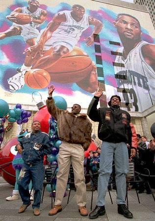 Le star dell'epoca di Charlotte: Tyrone Bogues, Larry Johnson e Alonzo Mourning, salutano davanti al famoso murales.
